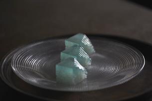 器に盛り付けた「さざ波」3の写真素材 [FYI02998235]