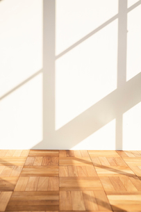 白とナチュラルな床に落ちる日差しと影の写真素材 [FYI02998301]