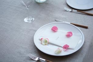 生花を使ったテーブルコーディネートの写真素材 [FYI02998329]