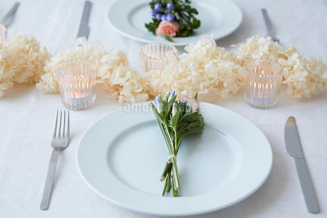 ドライフラワーや生花を使ったテーブルコーディネートの写真素材 [FYI02998335]