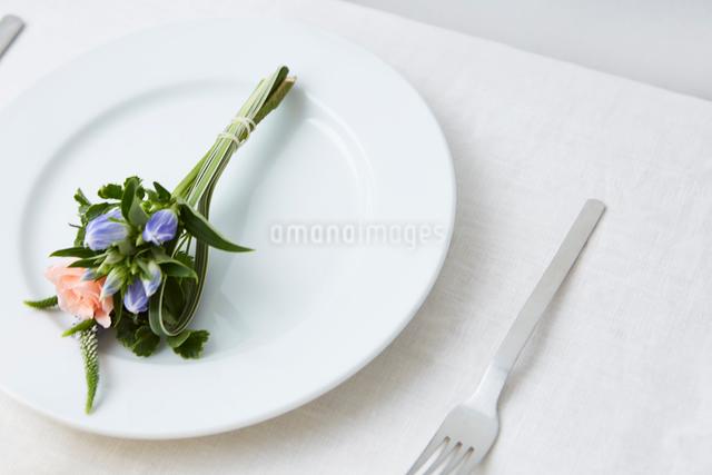 ドライフラワーや生花を使ったテーブルコーディネートの写真素材 [FYI02998336]
