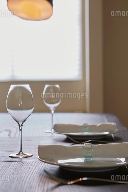 窓辺のパーティーセッティングの写真素材 [FYI02998337]