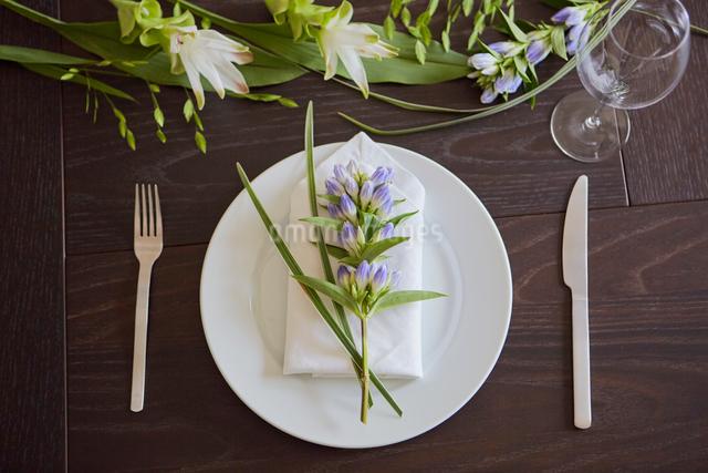 生花を使ったテーブルコーディネートの写真素材 [FYI02998341]