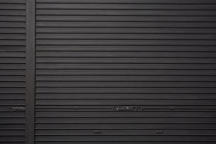 黒いシャッターの写真素材 [FYI02998403]