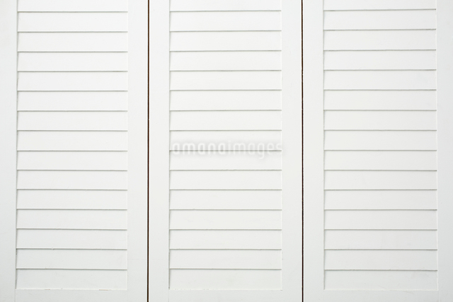 白いクローゼットの扉の写真素材 [FYI02998428]