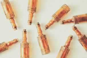 白い天板の上の複数の茶色い瓶の写真素材 [FYI02998440]