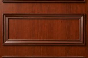 木枠が装飾された茶色の壁の写真素材 [FYI02998444]