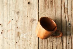 味のある板の上に置かれた木のコップの写真素材 [FYI02998446]