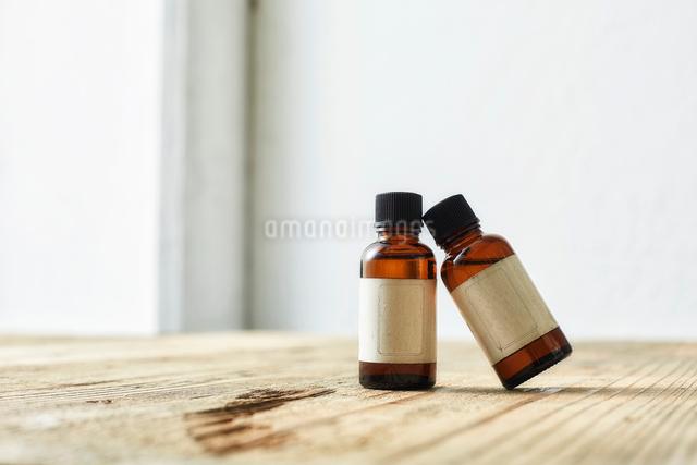 味のある板の上に置かれた二つのアロマオイルの写真素材 [FYI02998448]