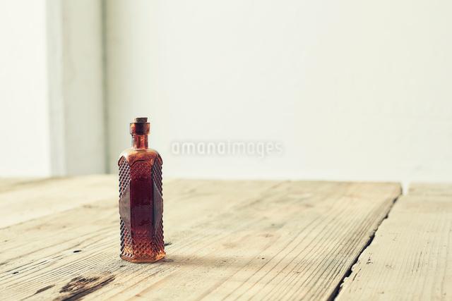 味のある板の上に置かれた茶色い瓶の写真素材 [FYI02998449]