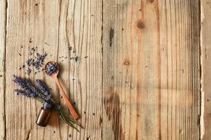 木天板の上に置かれたドライのラベンダーとアロマオイルの写真素材 [FYI02998459]
