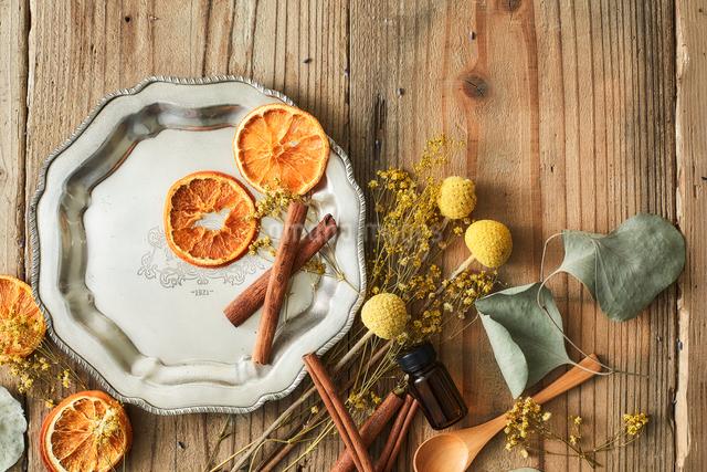 木天板の上に置かれたドライのオレンジとシナモンなどの写真素材 [FYI02998462]