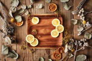木天板の上のドライフラワーと輪切りのレモンの写真素材 [FYI02998467]