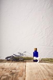 ラベンダーのドライフラワーと青色の小瓶の写真素材 [FYI02998473]