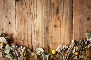 木天板の上のドライフラワーの写真素材 [FYI02998474]