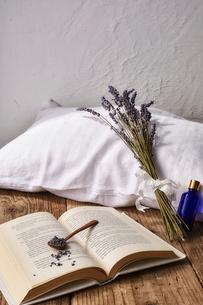 白いピローとラベンダーと本と青い小瓶の写真素材 [FYI02998476]