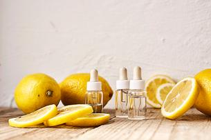 オイル瓶の周りに置かれたレモンの写真素材 [FYI02998478]