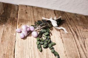 木天板の上に置かれたドライフラワーの束の写真素材 [FYI02998480]