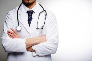 腕を組む男性医師の写真素材 [FYI02998489]