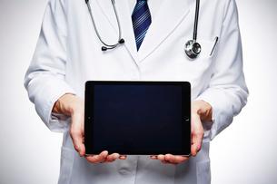 タブレットを持つ男性医師の手元の写真素材 [FYI02998491]