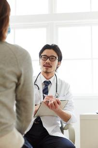問診をしている男性医師の写真素材 [FYI02998495]