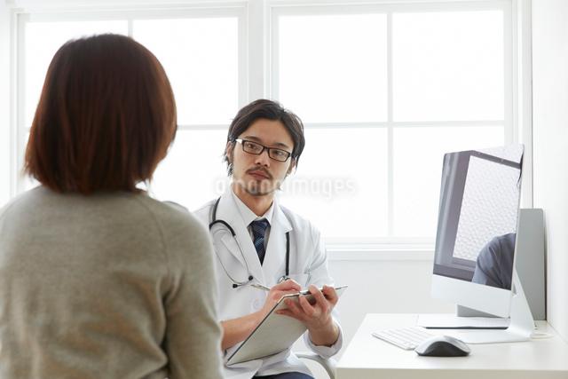 問診をしている男性医師の写真素材 [FYI02998500]