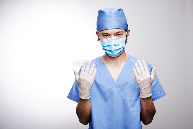 手術着を着た男性医師の写真素材 [FYI02998505]