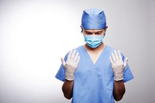手術着を着た男性医師の写真素材 [FYI02998508]