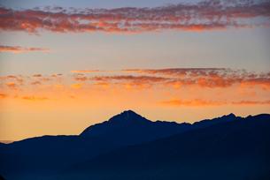 朝焼けと南アルプス甲斐駒ケ岳の写真素材 [FYI02998658]