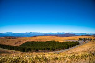 秋の霧ヶ峰高原より北アルプス連峰・乗鞍岳・御嶽山を望むの写真素材 [FYI02998682]