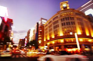 走行する車からの銀座夜景の写真素材 [FYI02998765]