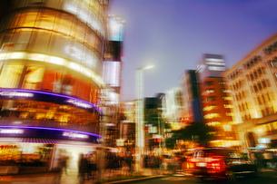 走行する車からの銀座夜景の写真素材 [FYI02998787]