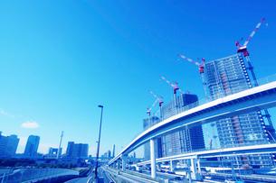 高速道路とビル建築の写真素材 [FYI02998795]