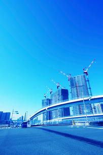 高速道路とビル建築の写真素材 [FYI02998799]