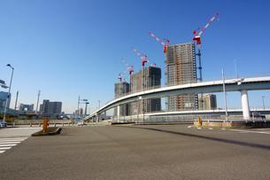 高速道路とビル建築の写真素材 [FYI02998801]