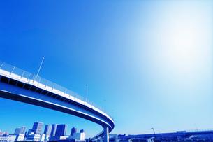 高速道路と太陽の写真素材 [FYI02998805]