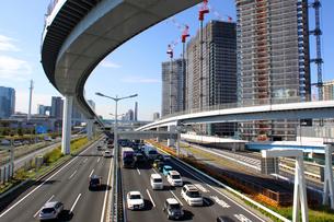 高速道路とビル建設の写真素材 [FYI02998810]