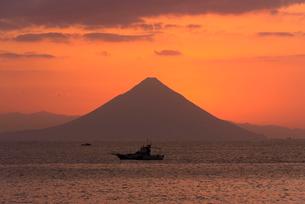 夜明けの開聞岳の写真素材 [FYI02999061]