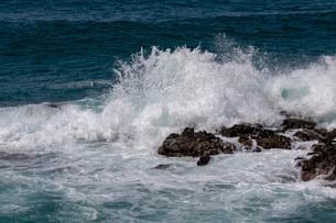 岩に打ち砕ける波の写真素材 [FYI02999211]
