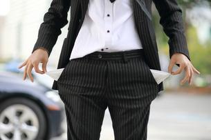 両サイドのポケットにお金がない会社員の写真素材 [FYI02999352]