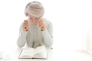 メガネを持っている老年の女性の写真素材 [FYI02999365]
