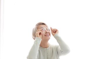 老眼の老年女性の写真素材 [FYI02999367]