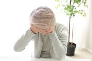 首の痛みを感じている老年の女性の写真素材 [FYI02999398]