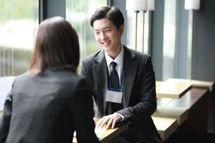 ビジネス営業活動している男性の写真素材 [FYI02999412]