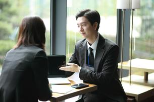 ノートパソコンで営業活動するビジネスマンの写真素材 [FYI02999413]