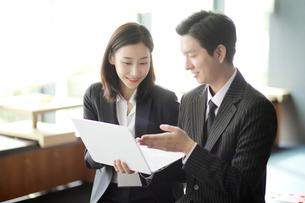 ノートパソコンで営業活動しているビジネスマンの写真素材 [FYI02999418]