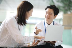笑顔で営業活動しているセールスマンの写真素材 [FYI02999419]