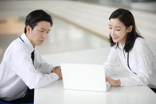 商談しているビジネスシーンの写真素材 [FYI02999428]