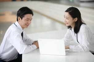 笑顔で相談しているビジネスウーマンの写真素材 [FYI02999431]