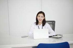 笑顔のビジネスウーマンの写真素材 [FYI02999437]